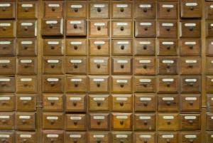 Chaque tiroir porte une étiquette émaillée détaillant son contenu.
